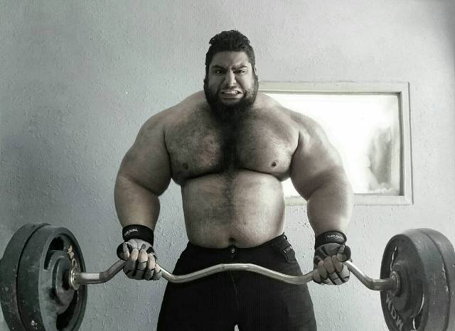 Sajad Gharibi while weightlifting