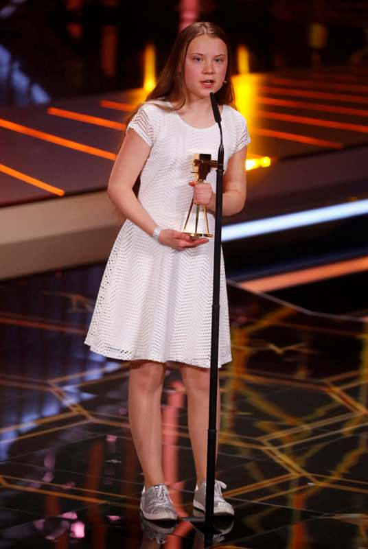 Greta Thunberg holding the German Goldene Kamera Special Climate Protection award
