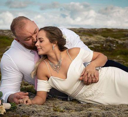 A wedding picture of Kelsey Henson and Hafþór Júlíus Björnsson